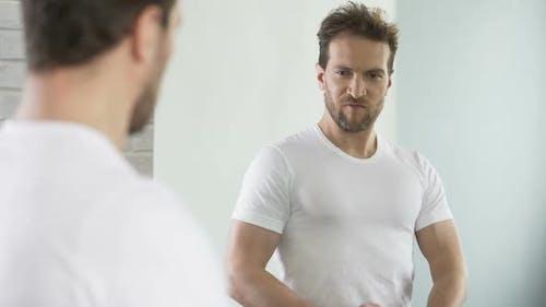 Egoistischer Macho bewundert und flirtet mit seinem Spiegelbild, Selbst-Verbesserung