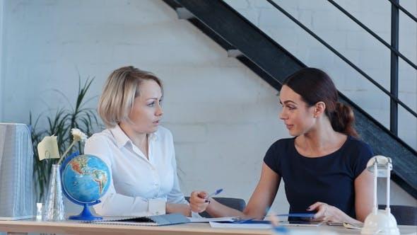 Thumbnail for Zwei Lehrer der Geographie sprechen nach dem Unterricht