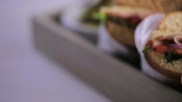 Thumbnail for Schritt für Schritt. Frisches Sub-Sandwich auf Weiß- und Weizenhoagies.