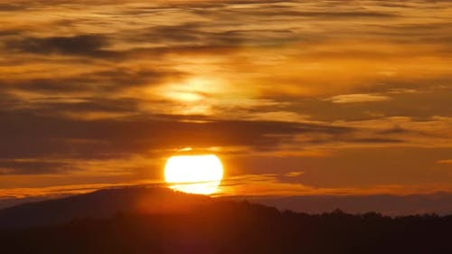 Zeitraffer bei Sonnenaufgang im Berg