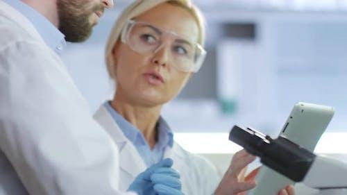 Chemiker, die Forschung im Labor durchführen