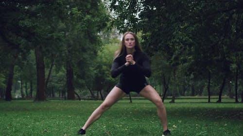 Sportliche Frau macht Warmup