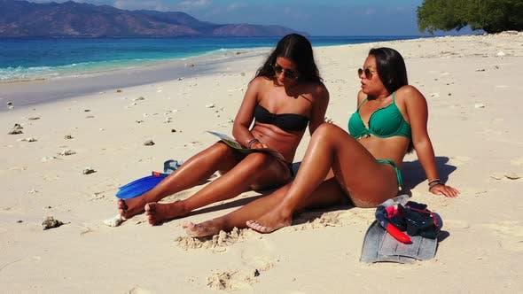 Thumbnail for Sexy lächelnde Mädchen auf Fotoshooting am Meer am Strand auf dem Sommer weißen sandigen und blauen Hintergrund