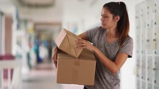 Thumbnail for Schöne kaukasische Frau im Postamt mit Kartonverpackungen