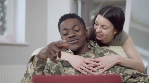 Porträt eines glücklichen interrassischen Paares Online-Nachrichten mit Video-Chat auf dem Laptop