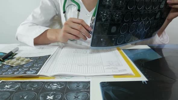 Doktor Arbeiten mit X-Strahlen