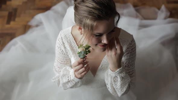 Thumbnail for Schöne, schöne Braut in Hochzeits-Luxus-Kleid und Schleier. Hochzeits-Morgen. Hochzeit Blumenstrauß