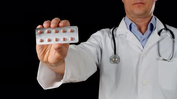 Thumbnail for Arzt Hand in weißen Mantel hält Tablet Blister Frontkamera isoliert auf schwarzem Hintergrund