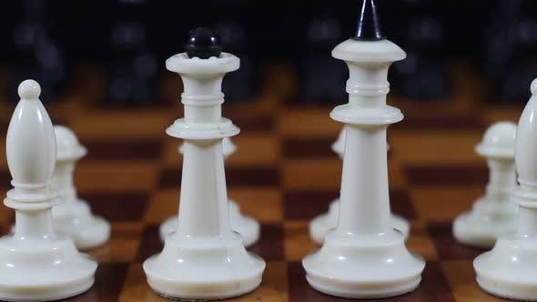 Thumbnail for weiße Stücke auf einem Schachbrett