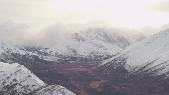 Lufthubschrauber durch Alaskan-Tal über Trails und Bach, Drohne aufnahmen