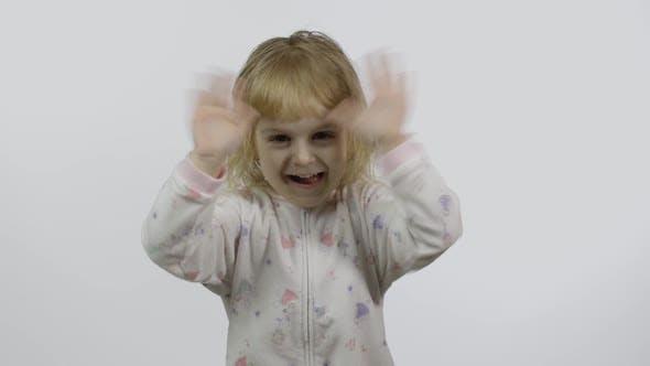 Kleines Mädchen im Pyjama mit lustigen Kopfschmuck