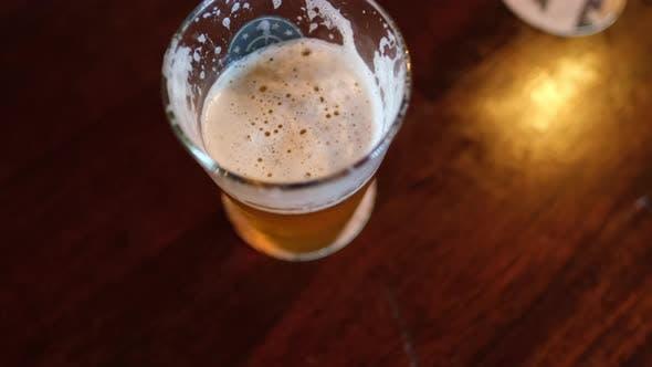 Ein Glas Craft Beer Ansicht von oben