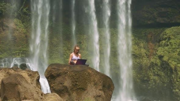 Kamera bewegt sich zur Dame mit Laptop von Foamy WaterFall
