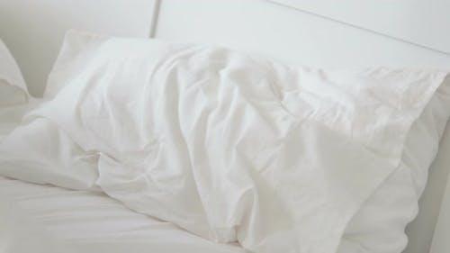 Afrikanische Frau legen im Bett
