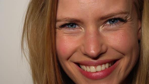 Blonde Models Gesicht mit hübschen blauen Augen