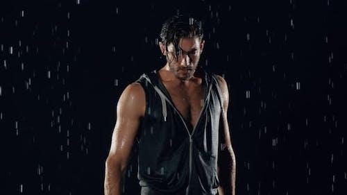 Sportlicher Mann im Regen