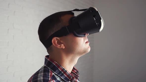 Thumbnail for Junger moderner kaukasischer Mann in VR-Headset