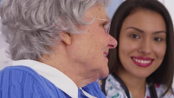 Fröhliche ältere Patienten lächelnd mit mexikanischen Betreuer