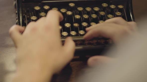 Thumbnail for Weibliche Hände langsam Tippen auf die alte Schreibmaschine mit russischen Buchstaben