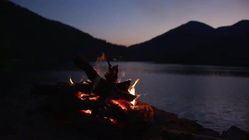 Lagerfeuer an einem See