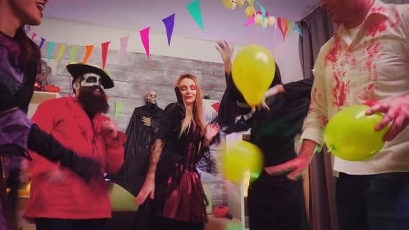 Verrückte Party mit gruseligen Charakteren bei Halloween-Party