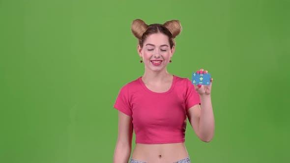 Thumbnail for Mädchen wirbt eine Karte und zeigt ein Ok. Grüner Bildschirm