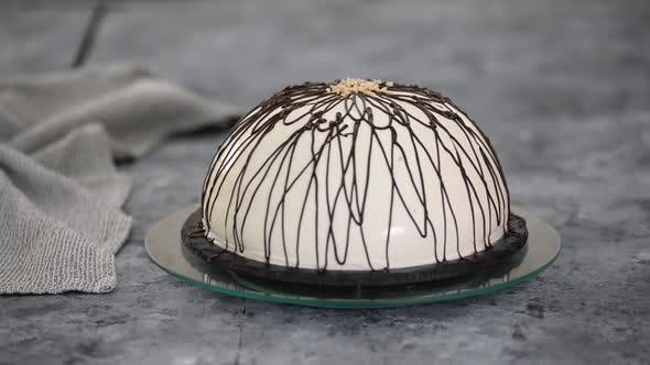 Pancho-Kuchen mit Ananas und saurer Sahne mit Schokolade gekrönt.