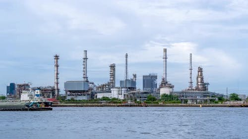 Oil refinery petrochemical and energy industry, zoom out - Time-lapse