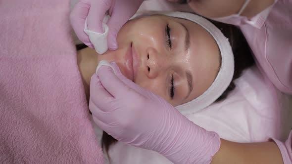 Thumbnail for Ansicht von oben auf das Gesicht einer schönen Frau, die eine kosmetische Prozedur tut