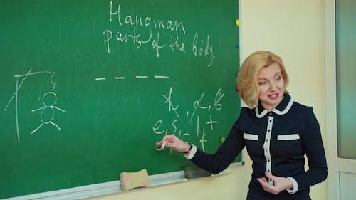 Pädagoge unterrichtet in der Nähe des Vorstandes