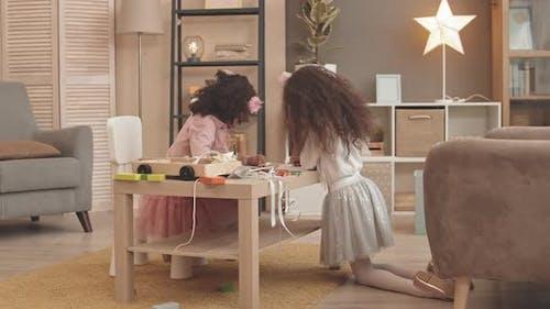 Dessin des sœurs bouclés dans le métier à tisser vivant