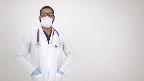 Un médecin de l'Afrique de l'Est regarde directement dans l'objectif de la caméra