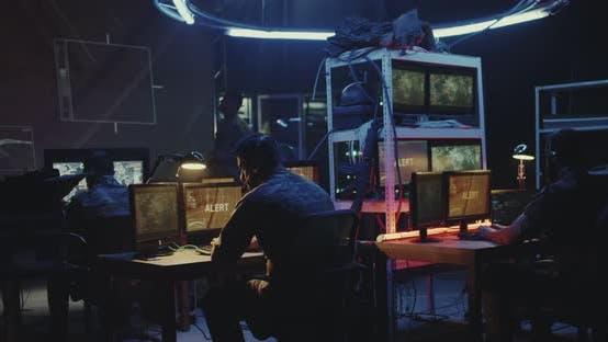 Soldat arbeitet an einem Computer