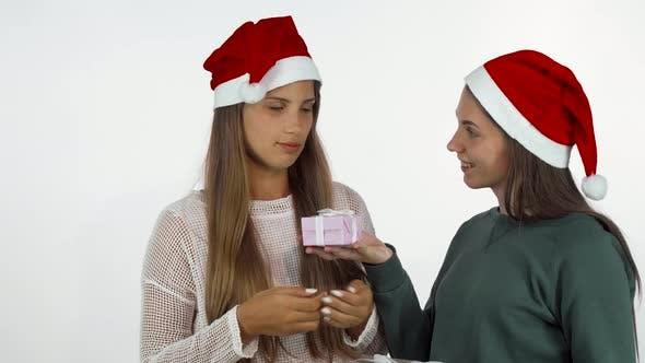 Thumbnail for Weibliche Freunde tauschen Weihnachtsgeschenke aus, feiern Neujahr