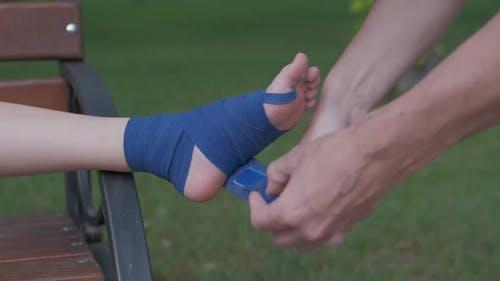 Wickeln Sie das Bein mit einer elastischen Bandage ein.