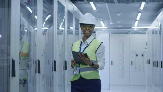 Thumbnail for Lächelnde schwarze Frau arbeitet in Solar Plant Center