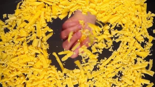 Tomber fromage râpé sur une surface en verre