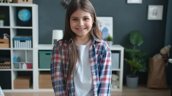 Portrait au Ralenti d'un enfant joyeux souriant rire regardant la caméra à la maison