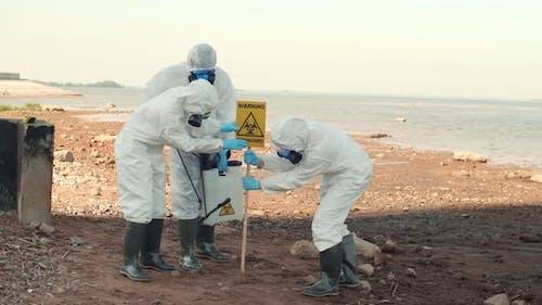 Drei Wissenschaftler installieren Warnzeichen