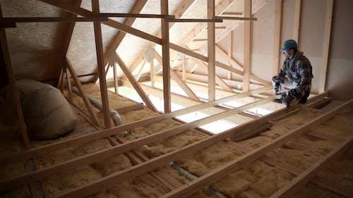Bauinspektor schätzt die für das Projekt benötigten Lieferungen