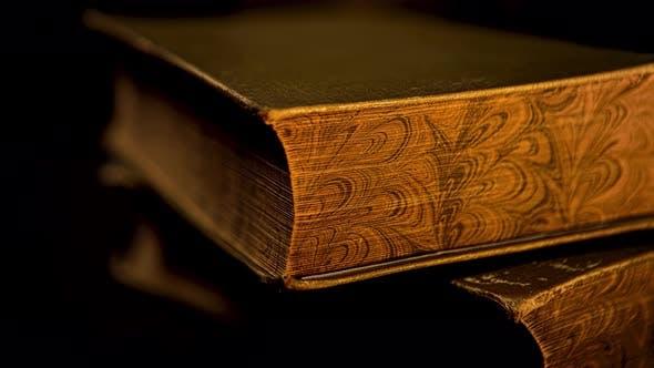 Altes Buch mit goldenen alten Seiten