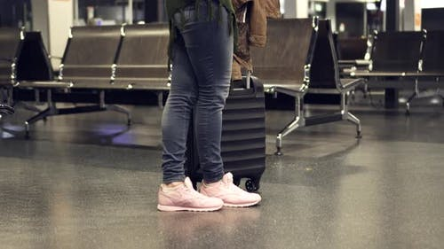 Junge Weibliche verwendet Smartphone in Nacht Flughafen-Terminal