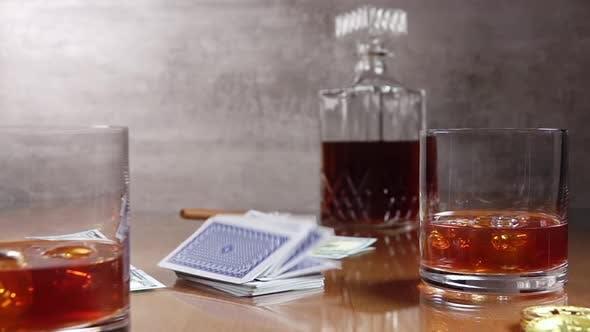 Whiskey und Spielkarten