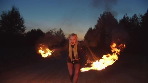 Thumbnail for Vampire menaçant avec des griffes brûlantes la nuit