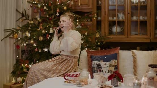 Thumbnail for Frau mit Tablet PC zu Hause während Weihnachten