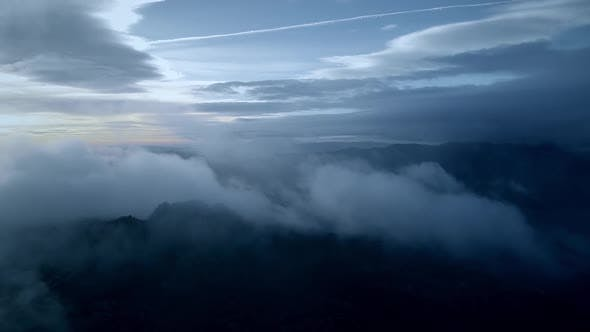 Thumbnail for Fliege durch Wolken über Berge in Portugal