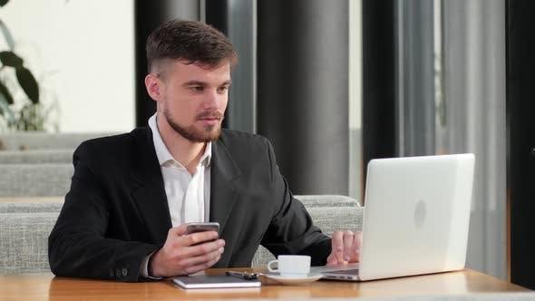 Thumbnail for Geschäftsmann macht eine wichtige Arbeit Anruf aus dem Restaurant