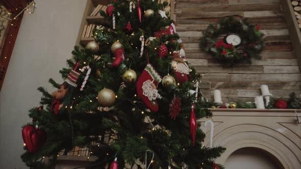 Shots von Weihnachtsbaumgeschenken und Verzierungen