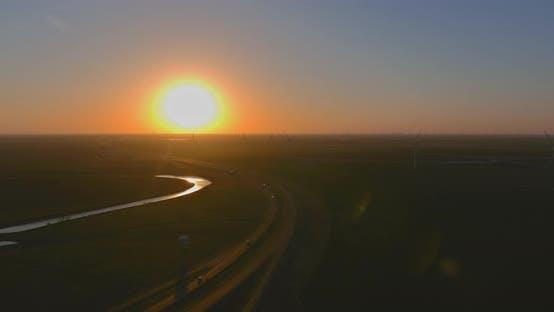 Windenergie bläst in westtexanische Windkraftanlagen im bunten Sonnenuntergang und zeigt erneuerbare Energien