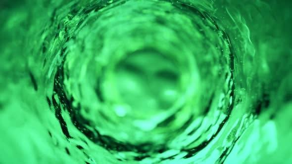 Wasser bewegt sich in einem Glas i